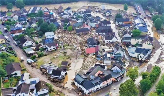 Hochwasser in NRW und der Pfalz: Verwüstete Dörfer und Städte